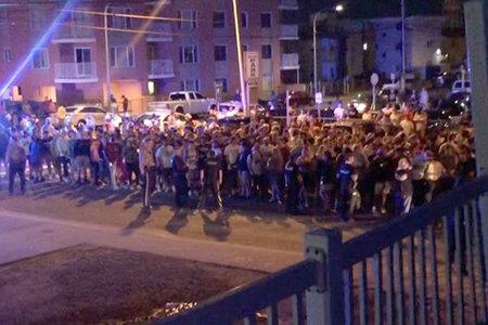 Politsei lahutab massilist kogunemist väljaspool Jersey Shore'i maja, mille YouTuberid olid käivituseks välja rentinud