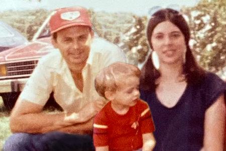 Ο άντρας σκότωσε την πρώην σύζυγό του και αφήστε τα παιδιά τους να παίξουν με τα καμένα της κόκκαλα
