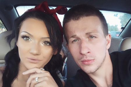 Wanita hamil dan teman lelakinya kedua-duanya ditemui dibunuh di rumah kosong yang berbeza