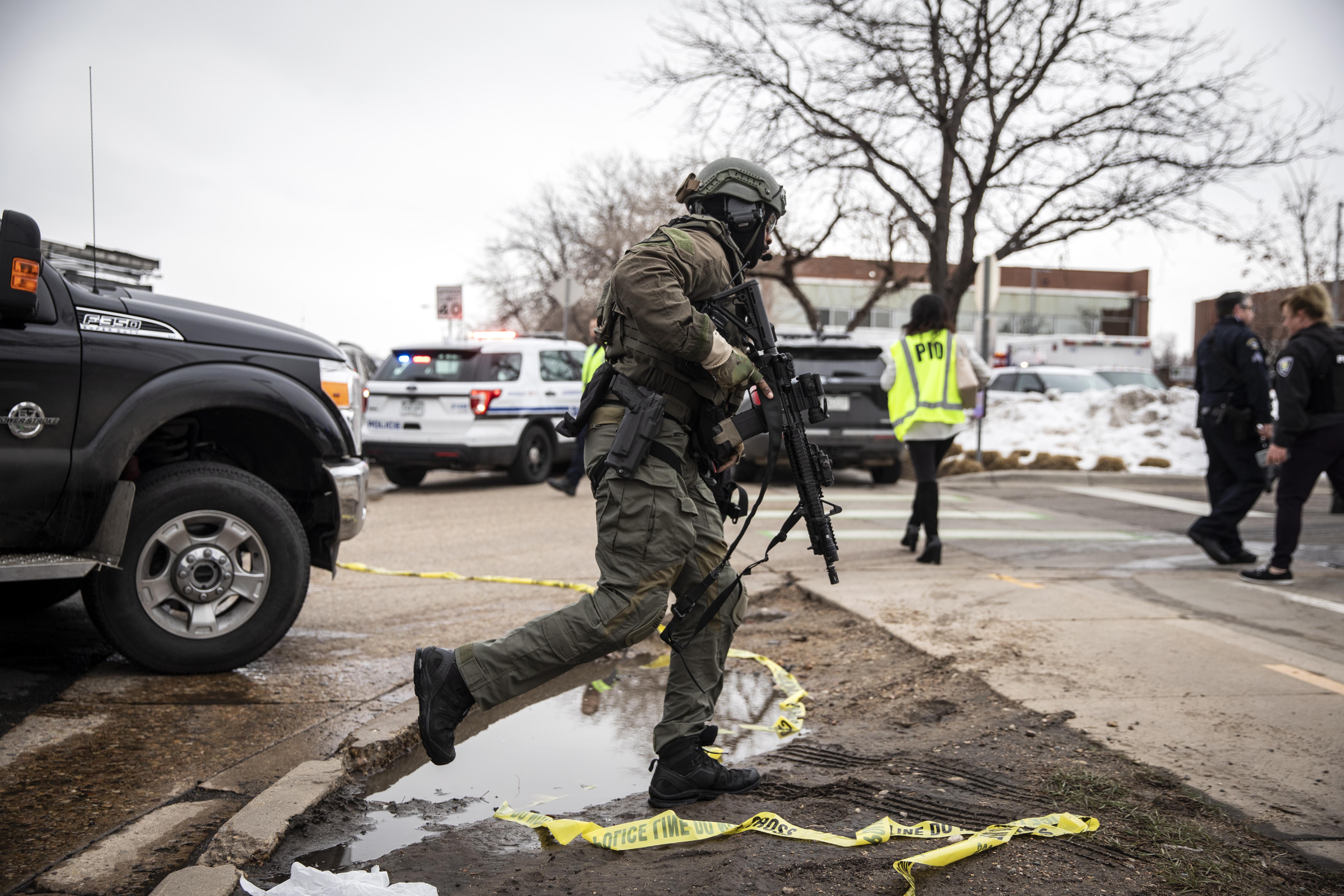 콜로라도 슈퍼마켓에서 여러 사람이 살해 된 후 구금 된 용의자
