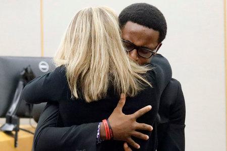 La policía convicta Amber Guyer recibe un abrazo emocional del hermano del hombre que mató en un momento impresionante en la sala del tribunal