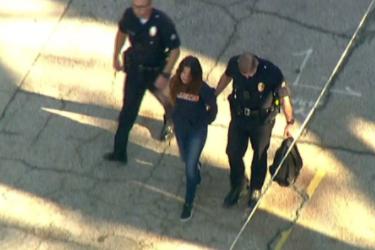 Niña de 12 años abre fuego contra estudiantes en tiroteo en una escuela secundaria de Los Ángeles, hiriendo a 2