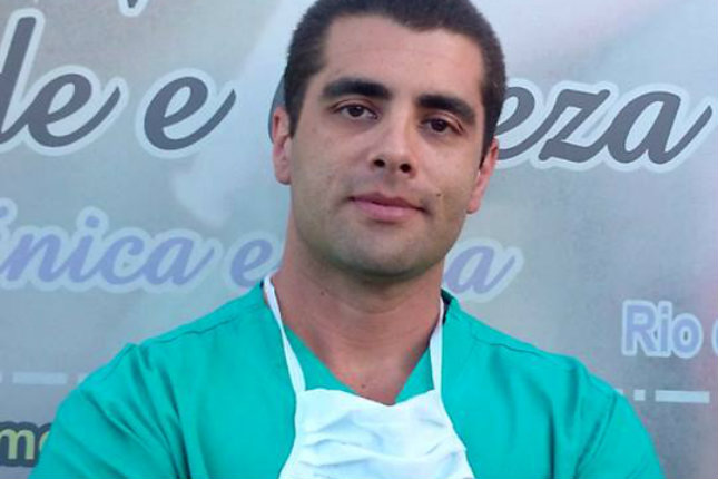 Brasiilia tagumikarst, tuntud kui Dr. Bumbum põgeneb politsei eest, kuna patsient sureb pärast operatsiooni kodus