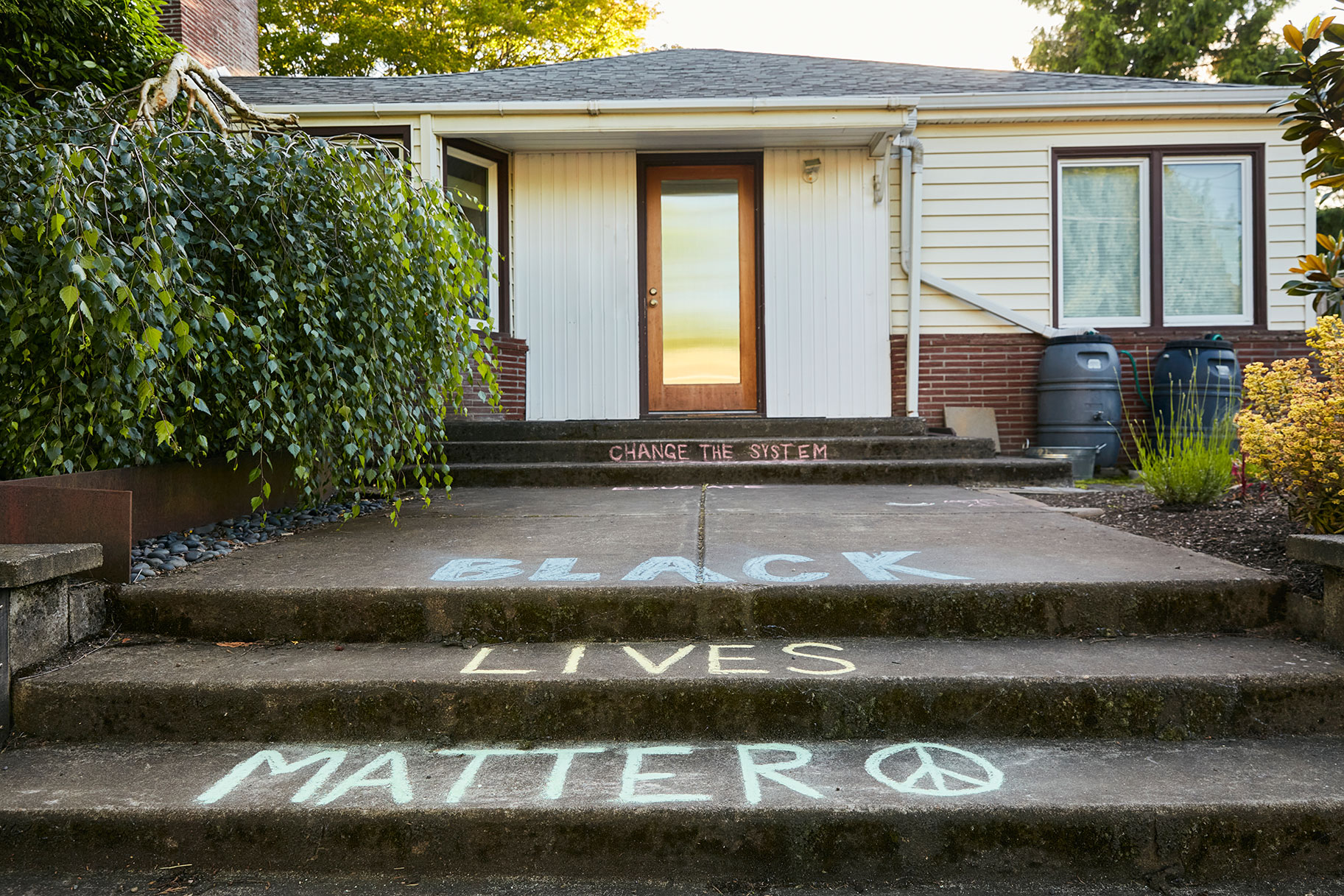 California 'Karen' Minta Maaf, Suami Dipecat, Setelah Memanggil Polis Mengenai Lelaki yang Menulis 'Kehidupan Hitam' Di Luar Rumah Sendiri