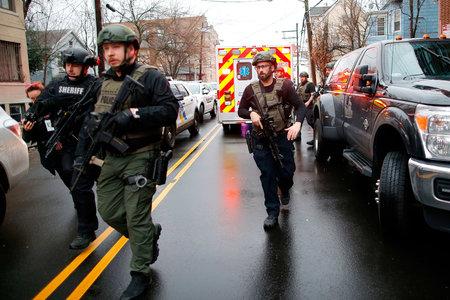 'Estaban disparando como locos', dice un testigo, mientras un tiroteo en Jersey City deja a un policía muerto