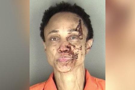 אישה שהואשמה בהריגת אביה לאחר שהמשטרה מצאה אותה מכוסה בדם בדירתו
