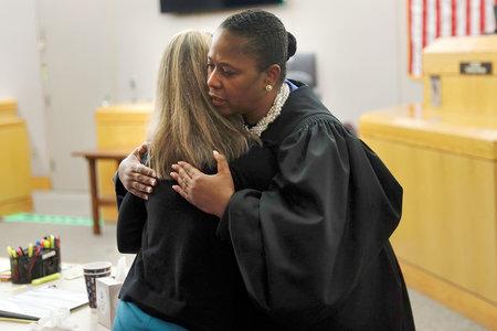 Ο δικαστής του Τέξας υπερασπίζεται την αντιφατική απόφαση να δώσει σε καταδικασμένο δολοφόνο Amber Guyger μια αγκαλιά και μια Βίβλο στο δικαστήριο