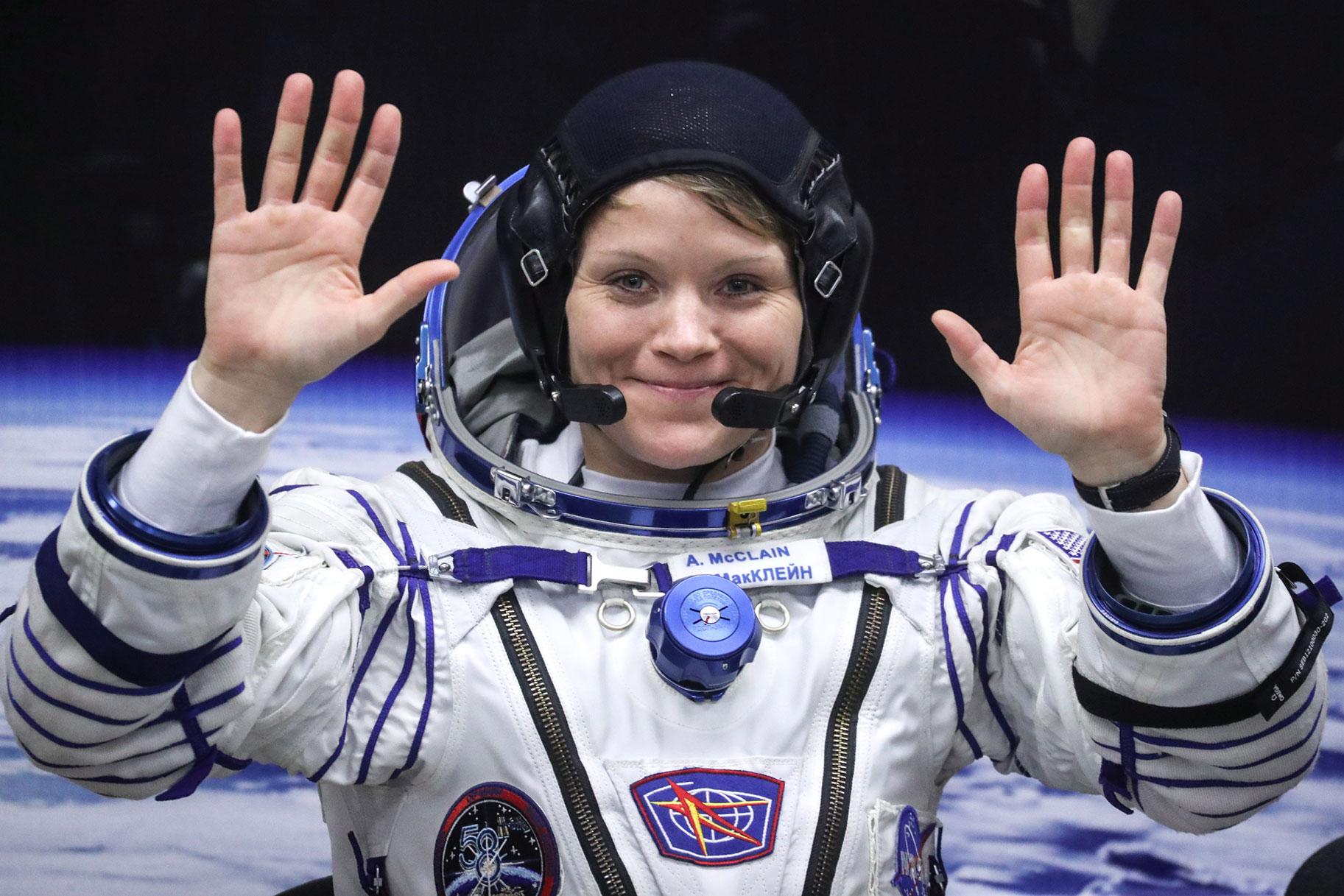 Mujer que alegó que la esposa de un astronauta distante cometió un crimen espacial ahora es acusada de mentir a las autoridades