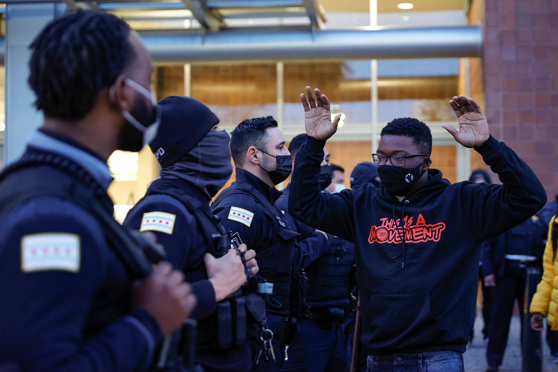 Στο Σικάγο, η οργή και η θλίψη για πυροβολισμούς από την αστυνομία του 13χρονου Αδάμ Τολέδο