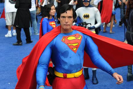 'Superman de Hollywood' muere asfixiado en un contenedor de donación de ropa mientras estaba drogado con metanfetamina, dice el forense