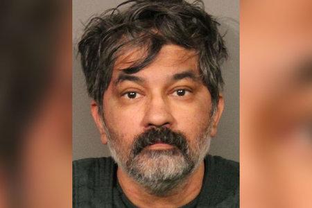 האדם מכניס את עצמו לתחנת משטרה כשגופת בן המשפחה ברכב, מתוודה בהריגת אחרים, אומרים הרשויות