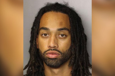 Hombre que se transmitió en vivo sosteniendo una pistola sobre 2 cadáveres desnudos, arrestado después de un enfrentamiento de toda la noche