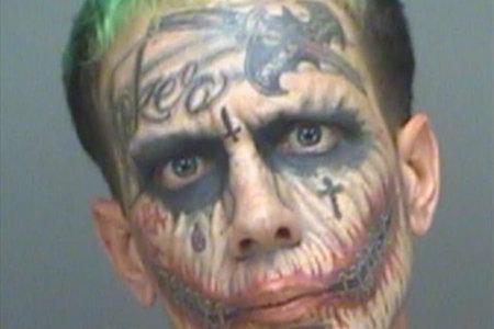 '조커'문신을 한 플로리다 남자는 바 뒤에서 끝납니다