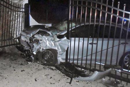 Η Taylor Swift αστειεύεται για το αυτοκίνητο που συντρίβεται στην μπροστινή πύλη της κατά τη διάρκεια της αστυνομικής καταδίωξης