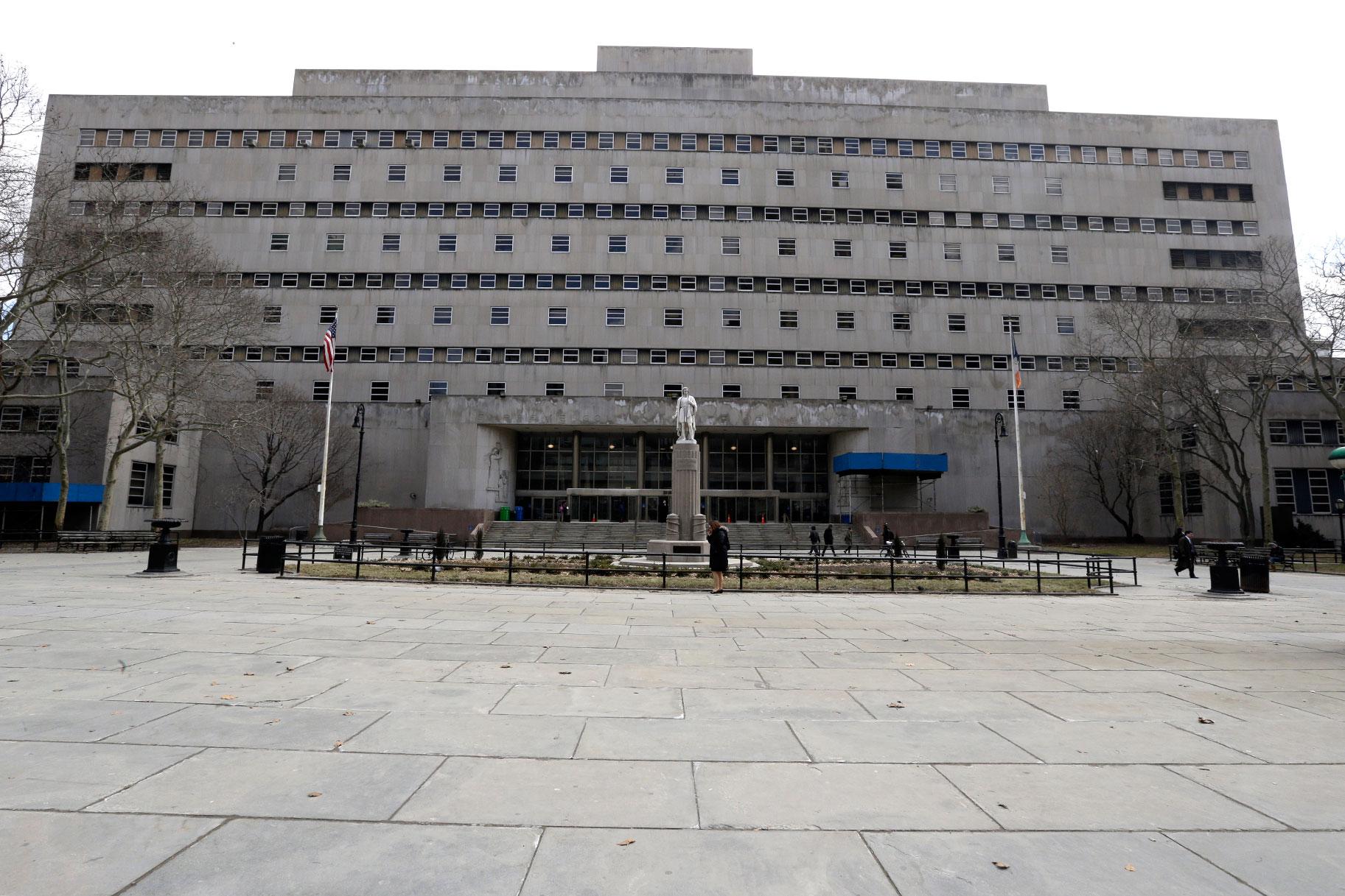 2 NYPD துப்பறியும் நபர்கள் பொலிஸ் வேனில் சந்தேகத்துடன் உடலுறவு கொள்வதை ஒப்புக்கொள்கிறார்கள்