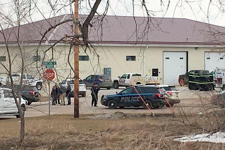 """""""Všetko, čo viem, sú moji rodičia preč"""": Policajti hľadali podozrivého po tom, čo boli 4 ľudia zabití v tragédii na pracovisku v Severnej Dakote"""