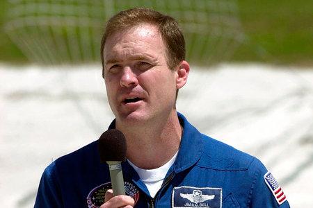 אסטרונאוט לשעבר מאשים את אמביין בגרימת תאונת דרכים שהרגה 2 ילדות צעירות
