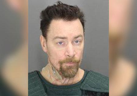הגבר חנק את אישתו למוות, ואז ישן עם גופתה המת 'קרוב לשבוע', אומרים במשטרה