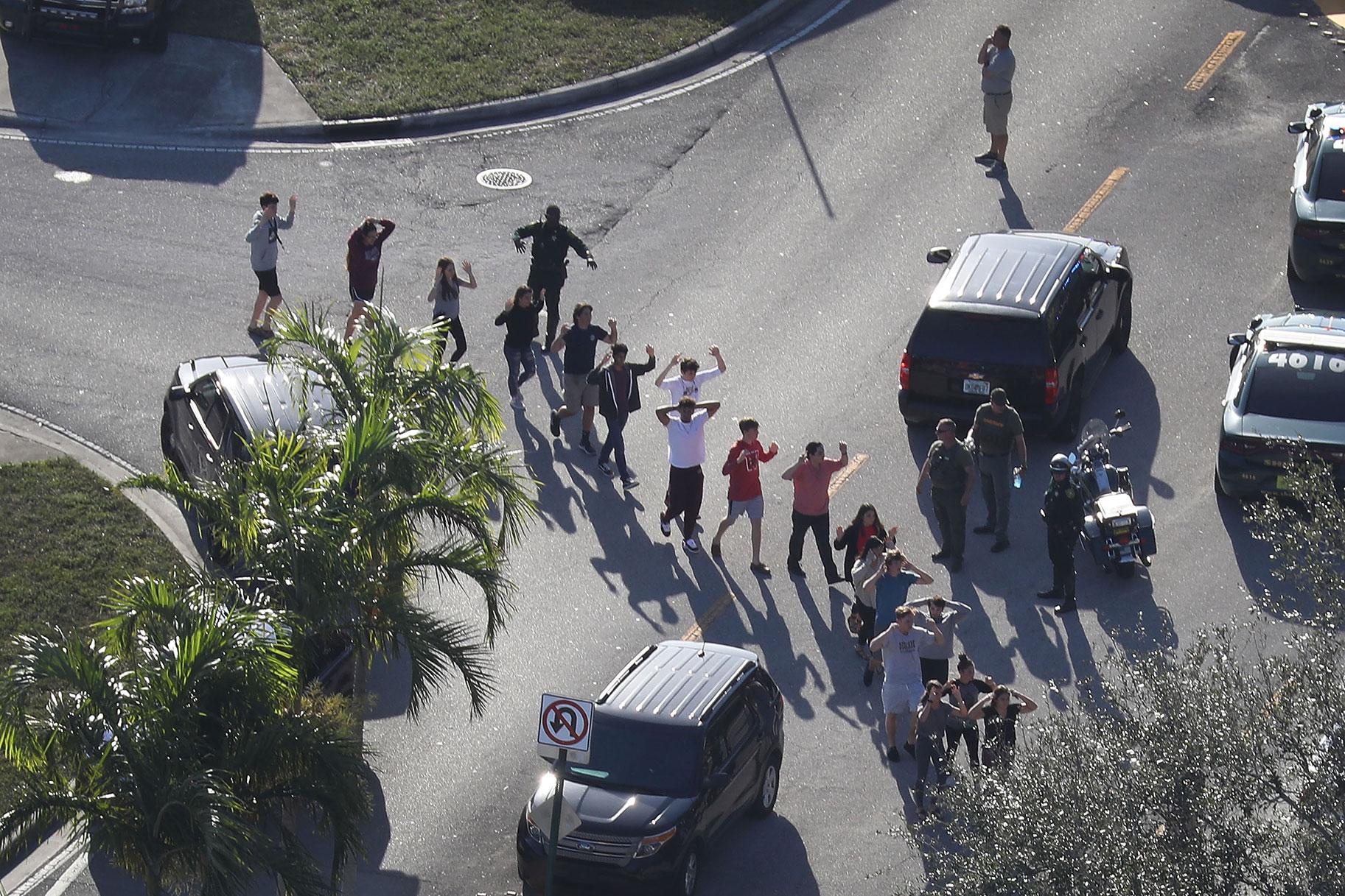 כל מה שאנחנו יודעים על ירי בית הספר התיכון בפלורידה שהותיר 17 הרוגים