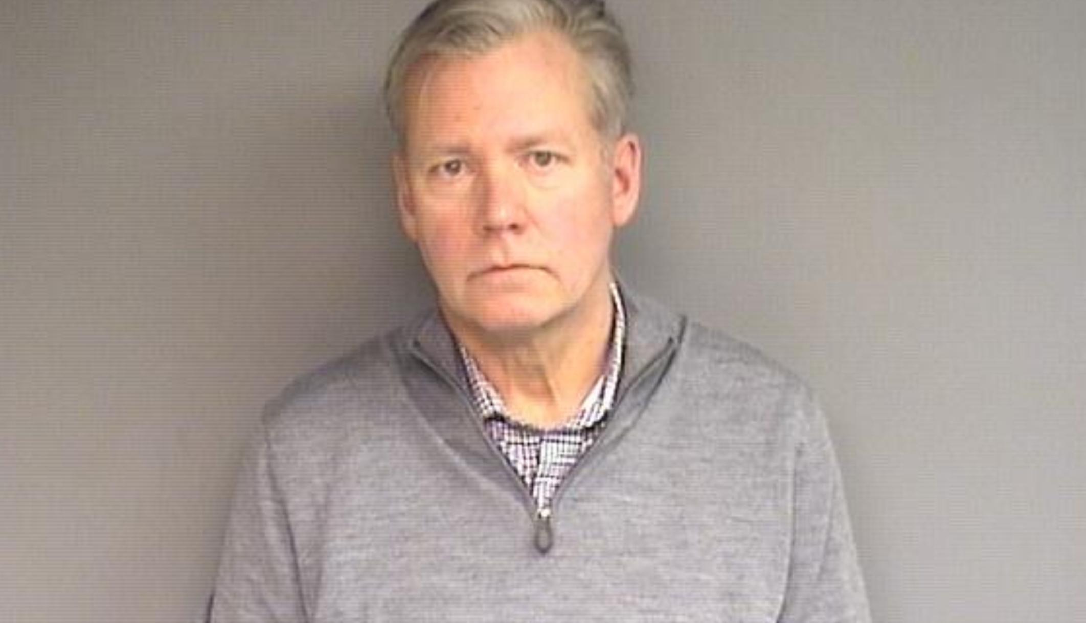 El presentador de 'Para atrapar a un depredador', Chris Hansen, se entrega a la policía por emitir cheques sin fondos