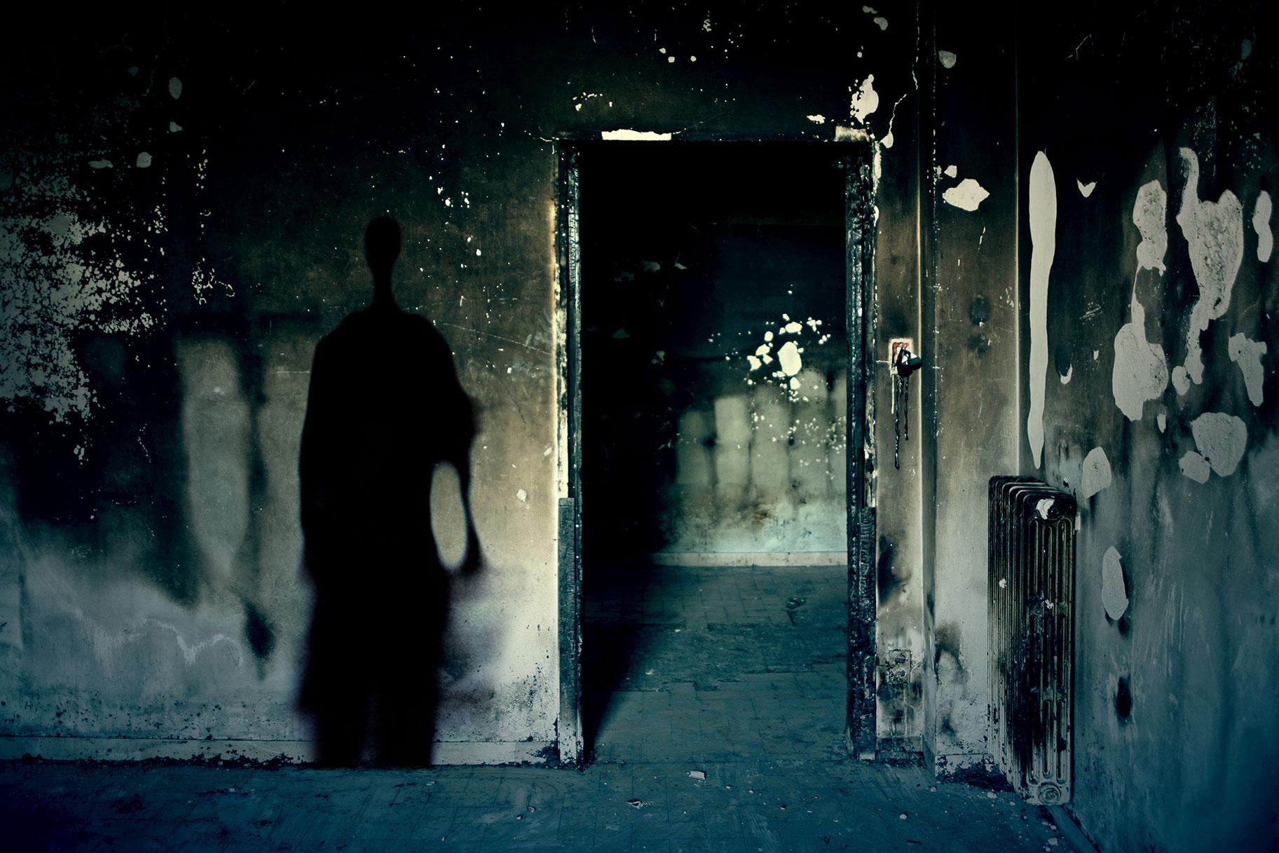 Skupina najde razpadajoče telo v hiši s straši, ki je kmalu zažgala po grozljivem odkritju