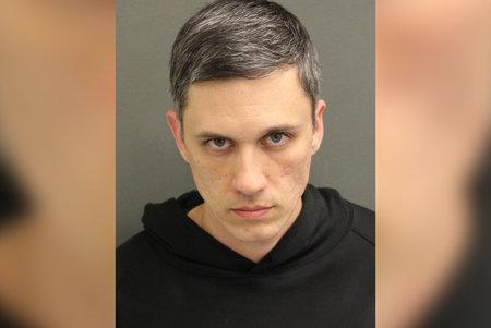 לאומן לבן שטען כי הוא שותה דם שנעצר בגין אישה מפוחדת לכאורה לאחר שחרור בית הסוהר הקשור לווירוס.