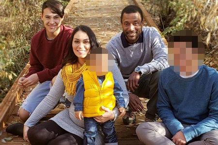 Un niño pequeño y un bebé pasaron tres días con los cuerpos de su madre, su padre y su medio hermano en un horrible caso de triple homicidio, dicen las autoridades