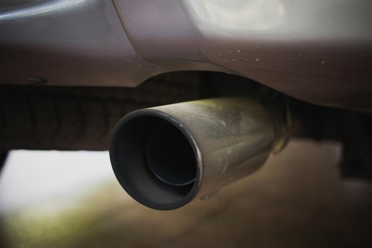 איש קנזס עשה יחסי מין עם צינור האוויר של המכונית ונשמר לאחר שהמשטרה הגיעה, השוטרים אומרים