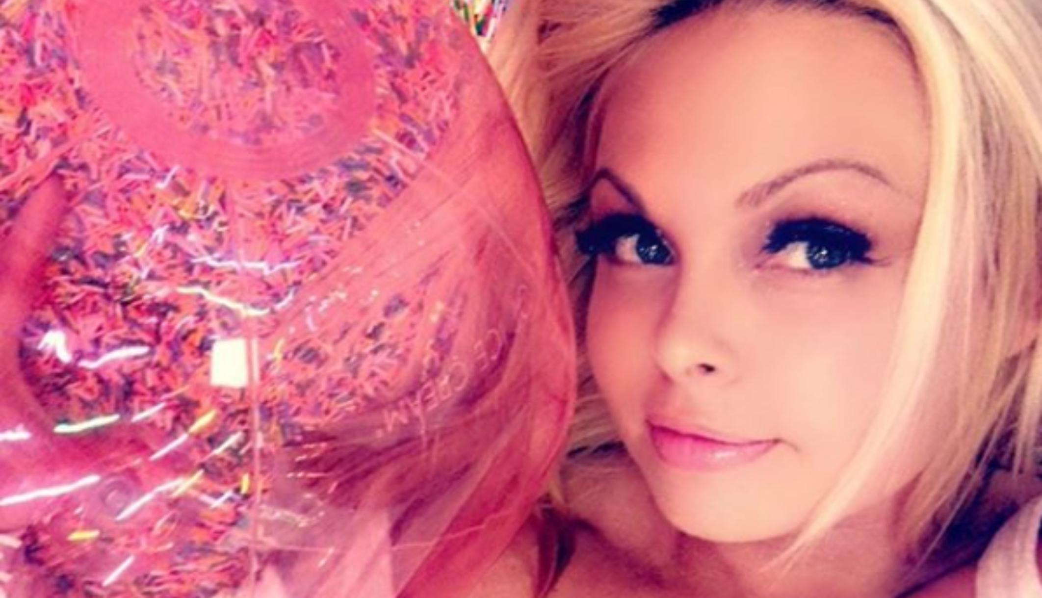 Estrella de cine para adultos dice que fue drogada después de que se difunden en línea imágenes de arresto público por intoxicación