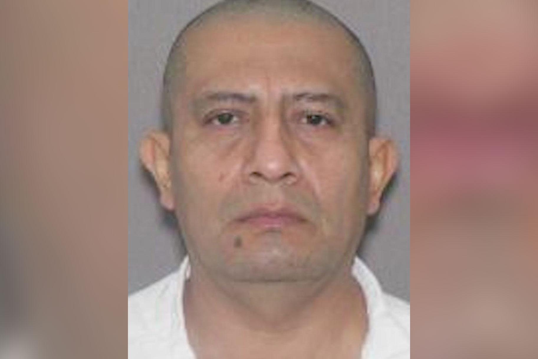 Mees, kes tappis väidetavalt naise ja ründas seksuaalselt teist, kelle ta oli aheldanud piirivalve poolt arreteeritud voodisse