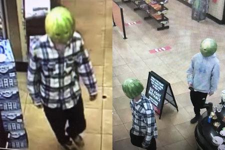 אדם שהואשם בבריחת אלכוהול בחנויות כשהוא לובש אבטיח חלול כ'מסכת פנים '