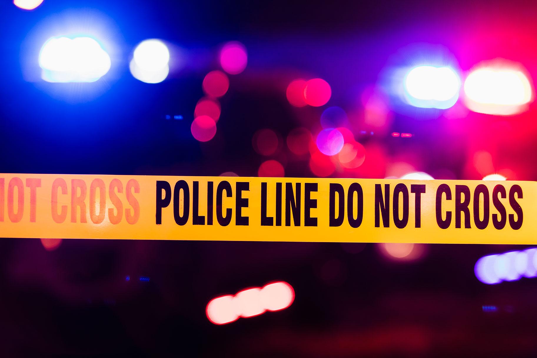אמא ללא עלייה תלויה מחוץ לחלון המכונית נהרגה לאחר שראשה פוגע במנורה