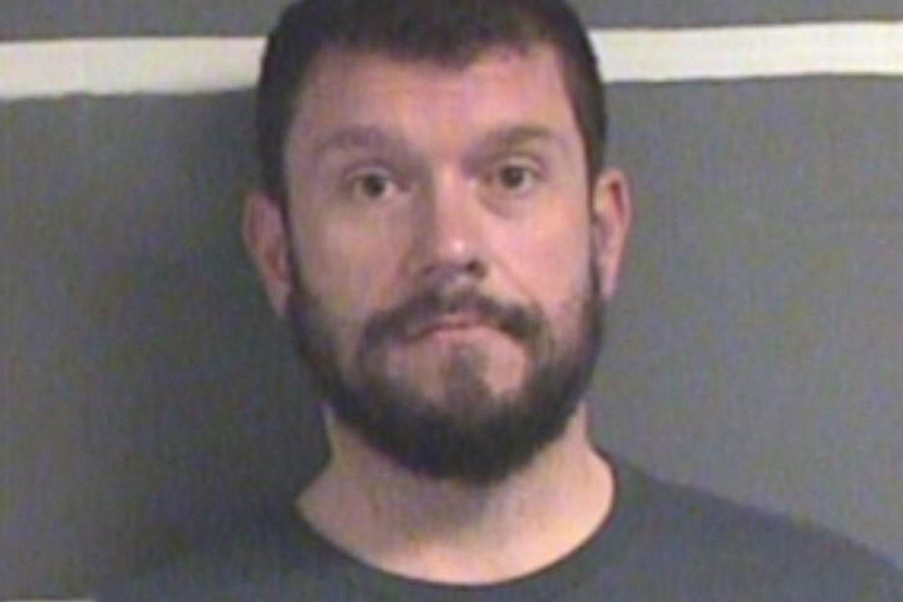 מפקד משטרה לשעבר נעצר לאחר שזייף לכאורה מסמך בית משפט כדי לסייע לדרכי הרמאות שלו