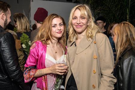 Η Courtney Love φέρεται να προσπάθησε να σκοτώσει τον πρώην της κόρης του για να πάρει την κιθάρα του Kurt Cobain, λέει η αγωγή.