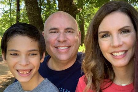 Mujer e hijo encontrados muertos en la casa de la familia después de que la policía se presentara para notificarla sobre el suicidio de su esposo, a más de 100 millas de distancia