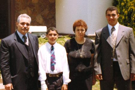 Poeg seisab isa ees pärast teada saamist palkas kaks meest oma ema mõrvamiseks