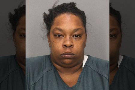 Η γυναίκα φέρεται να έβαλε φωτιά στο σπίτι του φίλου της αφού την έκανε να αφήσει ένα τρίο, λέει ότι «έπρεπε να βλάψει κάποιον»