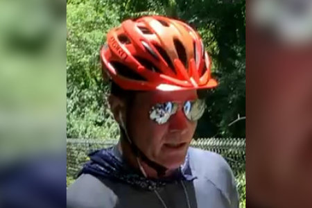 Ο ποδηλάτης συνελήφθη μετά από ιικό βίντεο που τον δείχνει κατηγορούμενος να επιτίθεται στους εφήβους για την τοποθέτηση φυλλαδίων διαμαρτυρίας