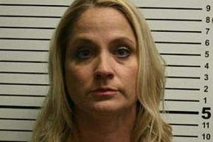 Maestra de Texas casada con un entrenador de fútbol de la escuela secundaria acusada de tener una relación inadecuada con un estudiante