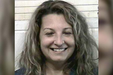 האישה כולה מחייכת מוגגט לאחר שנעצרה על ידי כך שהיא דוקרת את הבעל למוות