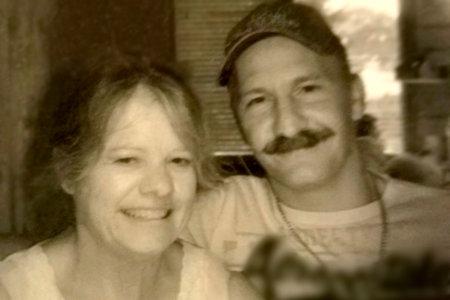 Par 'griner og smiler' i Walmart Overvågningsoptagelser efter at have dræbt kvindes bedstemor og hendes mand