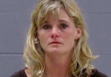 האחות הרוצחת מבצעת פלישה ביתית כדי לכסות על רצח בעל, שירה ברובה משלו