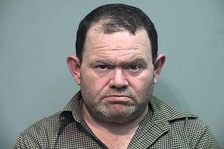Ex Papá Noel de Walmart y familia acusados de mantener a una niña de 14 años en una jaula para perros y golpearla antes de enterrarla en el patio trasero