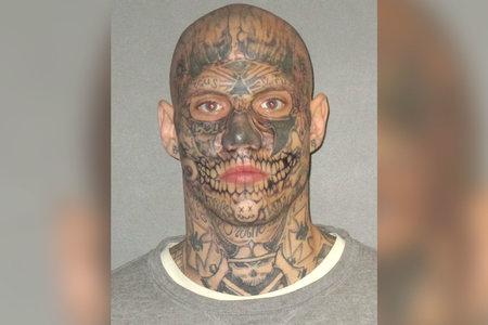 Abogado de sospechoso de doble asesinato busca miembros del jurado que no juzguen al cliente por tatuajes con cara de diablo