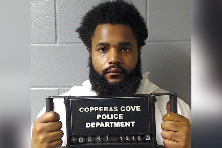 El hombre que presuntamente asesinó a su esposa e hijos fue encontrado cubierto de sangre y acostado en la cama con sus cuerpos, dice la policía
