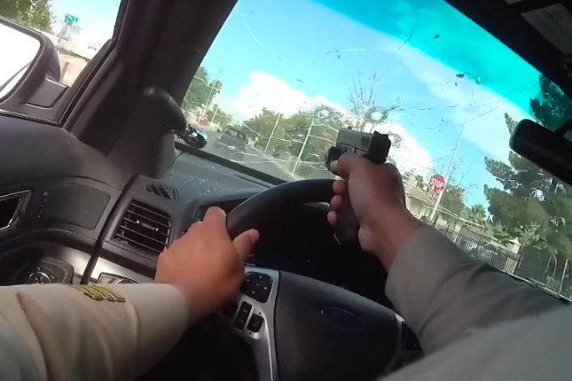 Video dramático muestra a un oficial de policía de Las Vegas disparando a través del parabrisas mientras sospechosos de asesinato que huyen disparan