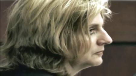 قبضت الشرطة على امرأة وصغارها بعد 20 عامًا من ضرب زوجها حتى الموت حتى يكونا معًا