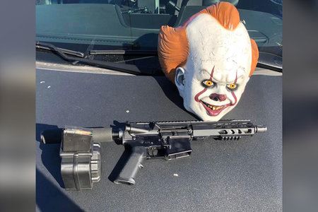 "Kalifornský tínedžer zatknutý s AR-15, maskou ""It"" Clown Mask, polícia hovorí"
