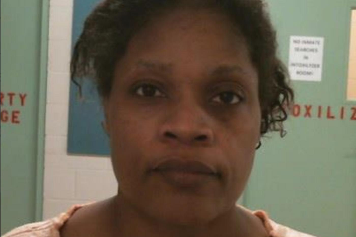 'Me han arrancado el corazón del pecho', dice la madre de un bebé que, según la policía, fue apuñalado y quemado en el horno por la abuela