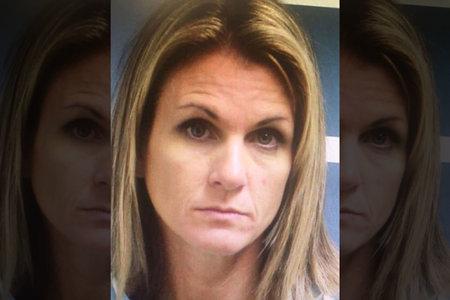 עבריין מין אמא נקלע לכלא על טרפה מינית על שניים מחברותיה של בתה העשרה
